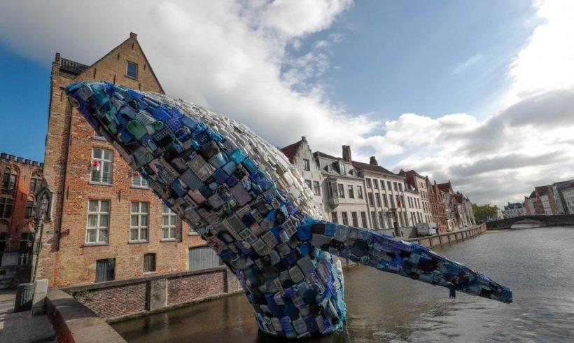 Una balena di plastica riciclata per ricordare l'inquinamento dei mari