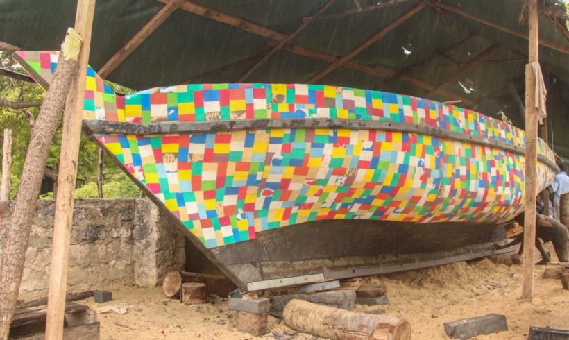 Una barca realizzata con infradito per sensibilizzare il riciclo della plastica