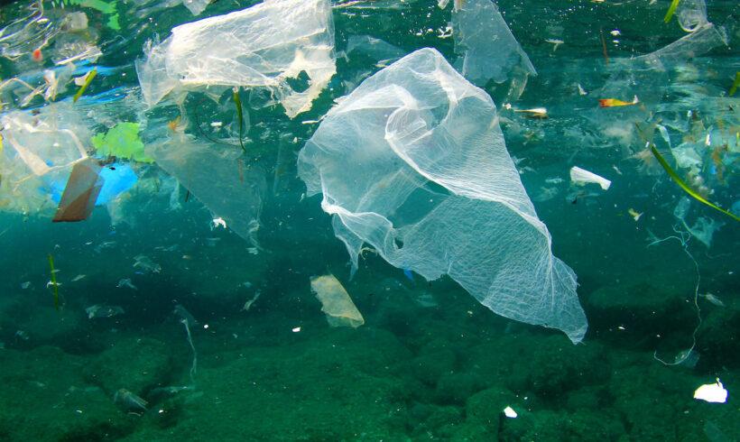 Nel 2040 600 tonnellate di plastica nei mari